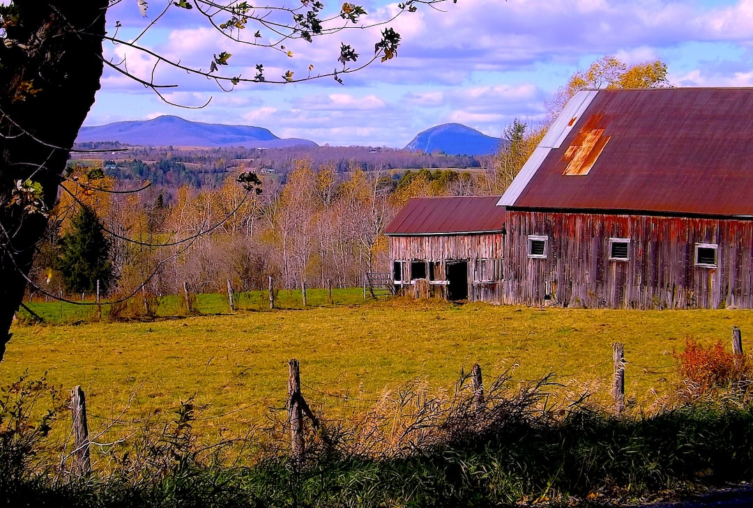 VT FARM BARN AND MOUNTAINS